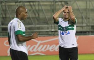 Zé Love até foi bem, mas não conseguiu balançar as redes contra o Santos. (Foto:Franklin de Freitas/Bem Paraná)