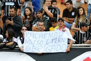 """Caixas de som do estádio tocavam """"Saudosa Maloca"""" de Adoniran Barbosa, na despedida entre Corinthians e Pacaembu. (Foto: José Patrício/ Estadão)"""