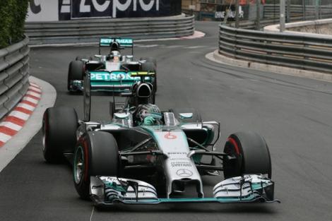 Rosberg  comandou a Mercedes na sua quinta dobradinha em seis etapas nesse ano. (Foto: Bem Anderson)