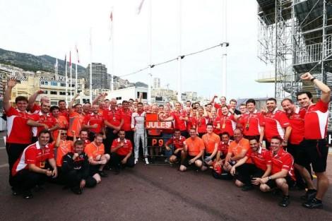 A Equipe Marussia comemorou com Jules Bianchi seus primeiros pontos na F1. (Foto: Marussia F1 Team)