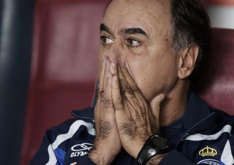 Marcelo Oliveira buscou mudar a escalação e armar um time ofensivo mas o Cruzeiro não saiu do empate no Mineirão. (Foto: Juan Mabromata/AFP)