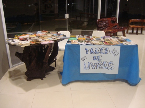 O evento abriu um espaço cultural no qual foi possível doar um livro e pegar outro em troca. (Créditos: Caroline Mazzer)