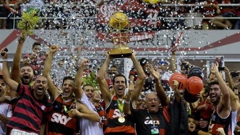 O troféu do NBB levantado pelo capitão e cestinha Marcelinho (Foto: Luiz Pires/LNB)