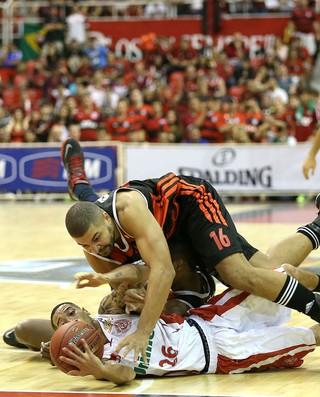 As faltas prevaleceram na partida (Foto: André Durão/Globoesporte.com)