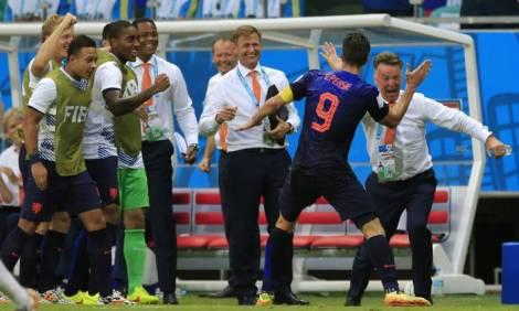 Van Gal e Van Persie comemoram o gol de empate. (Foto: Bernat Armangue/AP)