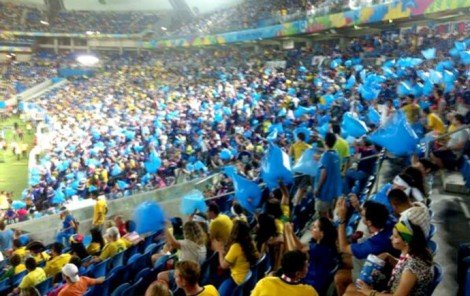 Sacos plásticos são usados para a festa e depois para a limpeza do estádio pelos japoneses. (Foto: Chandy Teixeira/globoesporte.com)