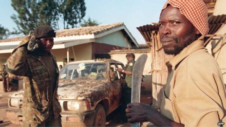 Durante os conflitos, a população utilizava como armas, instrumentos de trabalho como facões. Crédito: AFP