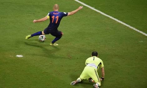 Arjen Robben foi um pesadelo para Casillas no jogo de estreia (Foto: Dimitar Dilkoff/AFP)