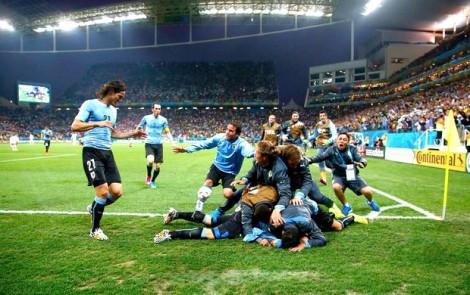 Uruguaios comemoram com Suárez o gol da vitória. (Foto: Reuters/globoesporte.com)