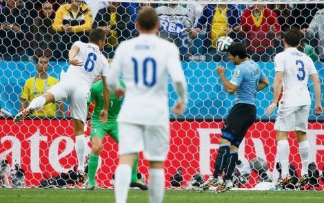 Luis Suárez mostrou que a cirurgia no joelho é passado, e comandou a vitória uruguaia. (Foto: Reuters/globoesporte.com)