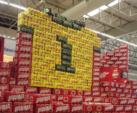 Os vendedores decoraram suas lojas de verde-amarelo para chamar a atenção do consumidor
