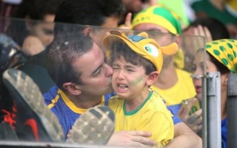 A torcida brasileira cantou, vaiou, gritou Olé e aplaudiu a seleção alemã. Mas o choro se sobressaiu nesse tarde no Mineirão. (Foto: Eduardo Nicolau/ Agência Estado)
