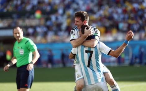 Messi comemora com Di Maria o gol decisivo. (Foto: Marcos Ribolli)