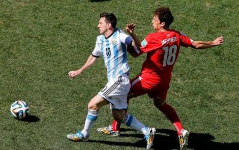 Lionel Messi teve dificuldade para escapar da forte marcação adversária. (Foto: Reuters)