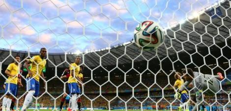 A brazuca balançou as redes brasileira 7 vezes no jogo. (Foto: Robert Cainflone/ Getty Images)