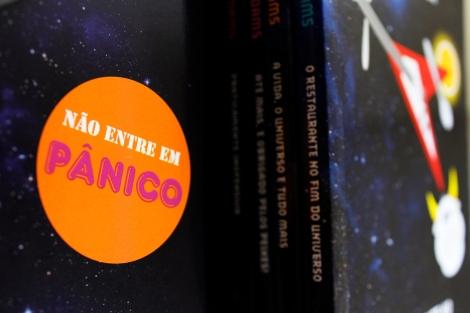 """""""Não entre em pânico"""" é uma das frases mais famosas do livro e está estampada, inclusive, no próprio Guia do Mochileiro das Galáxias. (Créditos: Bruna Hirano.)"""