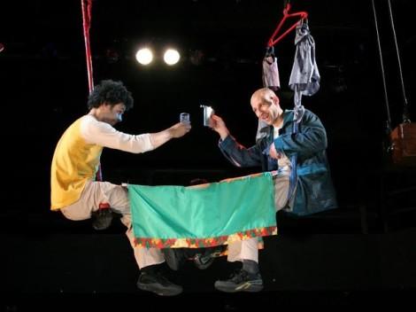 """""""Homens"""", da Cia. Solas de Vento, conta a história de dois viajantes, com os atores suspensos sob o palco durante o espetáculo (Foto: Divulgação)"""