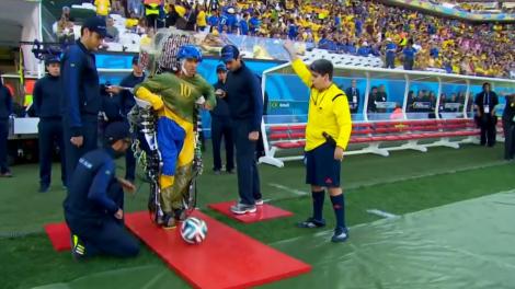 Juliano Pinto chuta a bola com ajuda do exoesqueleto durante a abertura da Copa do Mundo. (Créditos: Reprodução/SporTV)