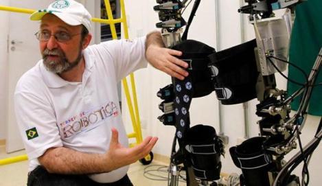 Miguel Nicolelis ao lado do exoesqueleto. (Créditos: UOL/Reprodução)