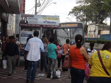 Nos horários de  pico os pontos ficam cheios e os ônibus, lotados.  (Créditos: Nathalie Caroni)