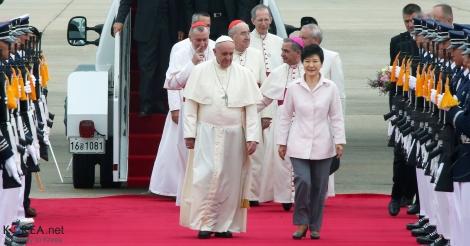 A China não mantém relações diplomáticas com o Vaticano desde 1951, entretanto, autorizou a passagem do avião papal pelo seu território aéreo. Créditos: Park Jun-soo