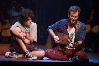Cássia Eller (Tacy de Campos) e Nando Reis (Emerson Espíndola )  tocando juntos, momento que era bem comum entre os dois. (Foto: Divulgação)