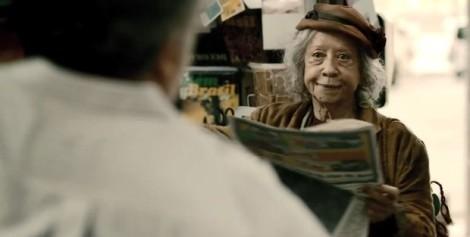 Fernanda Montenegro interpreta uma moradora de rua no filme. (Foto: Reprodução)