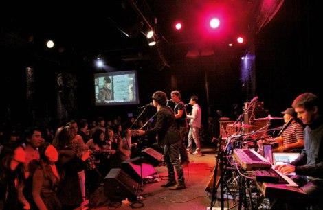 A presença de música ao vivo atrai clientela aquecendo a economia no setor de bares e restaurantes da cidade.  (Créditos: Paulo Pampolin/ Hype/ Folhapress)