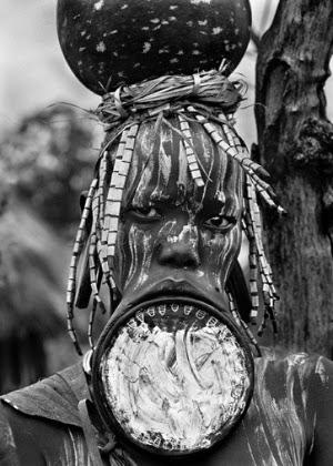 As mulheres mursi e surma (Etiópia) são as últimas a usar discos para estender os lábios. 2007. (Foto: Sebastião Salgado/Exposição Sesc)