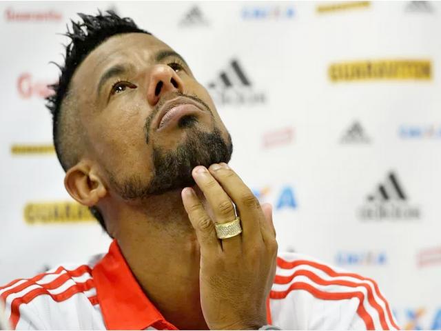 Léo Moura se emociona ao fazer o anúncio de sua despedida do Flamengo (Foto: Bruno Lima / O dia / Agência Estado)