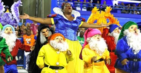 A atriz brasileira Cacau Protásio quebra estereótipos e sai fantasiada de Branca de Neve pela escola de samba União da Ilha do Governador. (Foto: Julio César Guimarães/UOL)