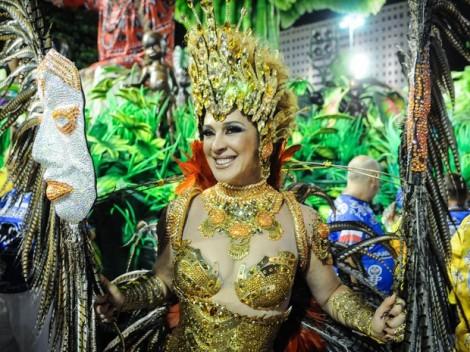Atriz Cláudia Raia representa uma divindade africana e desfila pela escola de samba Beija Flor. (Foto: Alexandre Durão/G1)