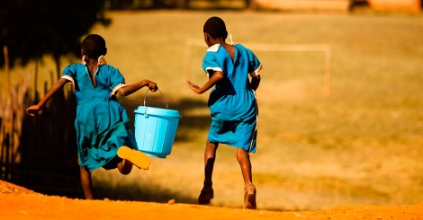 Ainda há um longo percurso para que todos tenham o acesso à água de qualidade. (créditos: Justificando)
