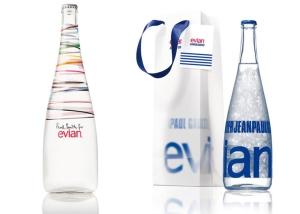 Edições limitadas de garrafas de água da Evian personalizadas pelos designers Paul Smith e Jean Paul Gaultier. (créditos: Harper's Bazaar)