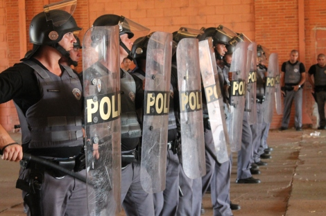 O treinamento da polícia militar também envolve muita agressão e violência, sem contar as mortes já relatadas de policiais militares durante treinamento. (Créditos: Everton Zaniboni)