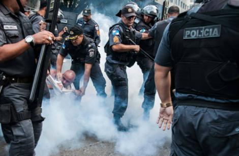 Os policiais possuem uma ideia errada da sua função na sociedade, que é proteger ao invés de eliminar os cidadãos. (Créditos:  Erick Dau)