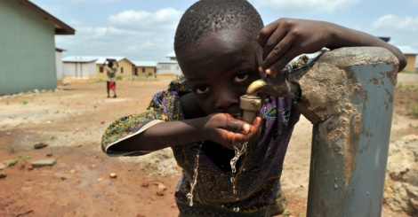 Muitas crianças ainda sofrem para conseguir água potável adequada. (Créditos: Rádio Sentinela)