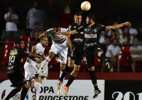 No primeiro jogo entre os dois clubes, o Tricolor ganhou por 4 x 0 no Morumbi (Foto:AFP PHOTO / Nelson ALMEIDA)