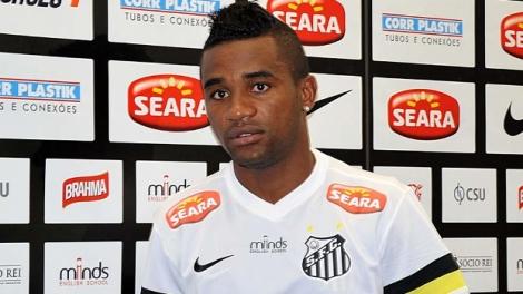 Desfalque na lateral direita santista, Cicinho vai assistir ao jogo do lado de fora do campo (Foto: Gazeta Press)