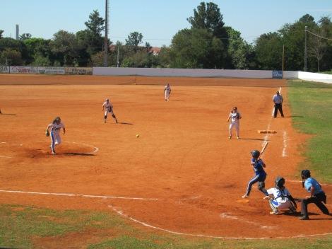 O intuito no softbol é fazer as atletas percorrerem todas as bases para marcar a maior quantidade de runs na partida (Foto: Camila Nakazato)