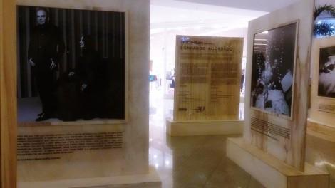 """""""Sonhando Acordado"""" teve curadoria de Paulo Borges e fotos de Bob Wolfenson. A exposição mostra os bastidores dos desfiles da SPFW. Nas fotografias aparecem estilistas, designers, modelos, artistas, músicos, arquitetos, cenógrafos, maquiadores e stylists, que ajudaram a idealizar e compor as edições do evento. (Foto: Lívia Reginato)"""
