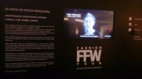 Quem fosse conferir as exposições, poderia assistir vídeos de seu idealizador e participantes, dando testemunhos sobre os 20 anos de SPFW. (Foto: Lívia Reginato)