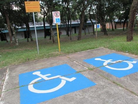 Pelo menos 2% das vagas de estacionamento devem ser reservadas para pessoas com deficiência (Foto: Amanda Casagrande)