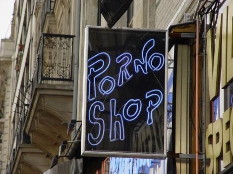 Para as pessoas menos preocupadas com o anonimato, há também sexy shop's. (Crédito: Free Images)